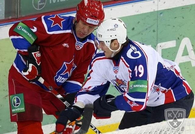 KHL » Vyacheslav Fetisov fights for puck with Alexei Yashin