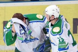 Video: Salavat's goalie Vitaly Kolesnik assaulted by a fan during a game