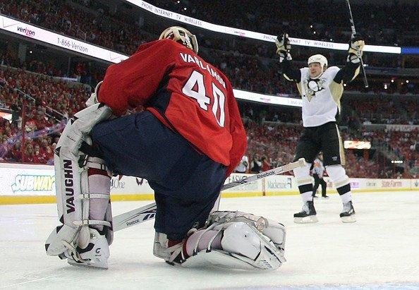 Ruslan Fedotenko scores on Semyon Varlamov in NHL playoffs 2009
