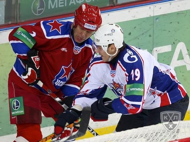 Vyacheslav Fetisov fights for puck with Alexei Yashin